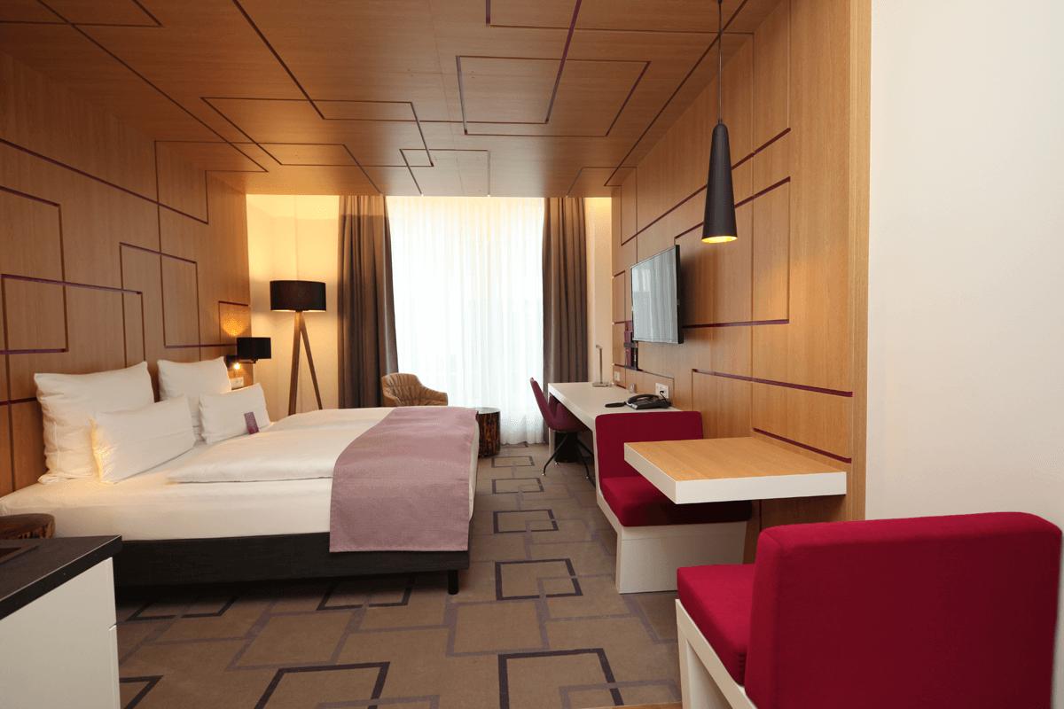 Pokoj hotelowy, meble, panele scienne