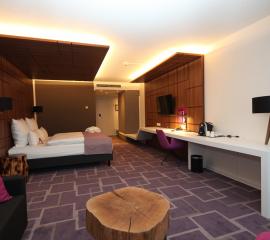 Stolik kawowy, stoliki nocne, pokoj hotelowy