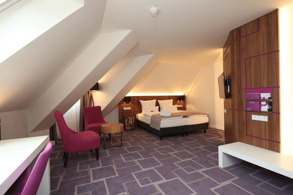 Lozko hotelowe, stolik kawowy, panel scienny, szafki nocne