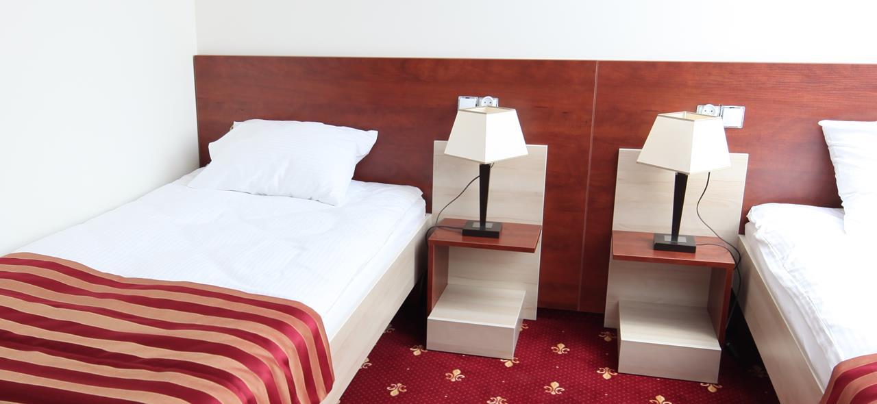 Szafka nocna, lozko hotelowe