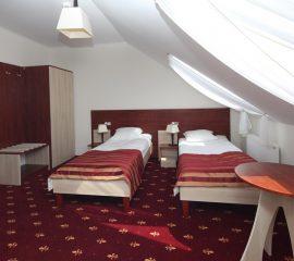 Lozka pojedyncze, panel zaglowkowy, szafki nocne, hotel