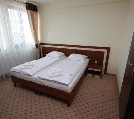 Pokoj hotelowy, wyposazony w meble,