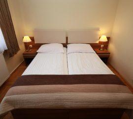 Lozko hotelowe, szafki nocne w systemie Rodos